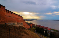 Взгляд Nizhny Novgorod Кремля на заходе солнца Стоковые Изображения