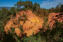Взгляд ocher земли и людей в ` des Ocres Sentiers ` парка под солнечным голубым небом, около Руссильона Стоковое Фото