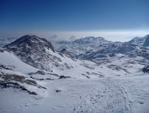 Взгляд Panoramatic снега покрыл высокие горы Стоковое Изображение