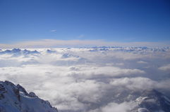 Взгляд Panoramatic снега покрыл высокие горы Стоковая Фотография