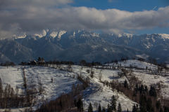 Взгляд Piatra Craiului от деревни Magura Стоковые Изображения