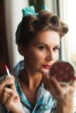 Взгляд Pinup одел краски женщины ее губы с красной губной помадой стоковые фотографии rf