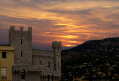 Взгляд Prince& x27; дворец s Монако в заходе солнца стоковые изображения