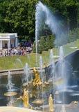 Взгляд ` Samson ` фонтана на верхнем ярусе грандиозного каскада Petrodvorets Стоковая Фотография RF