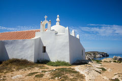 Взгляд Santo Estevão (часовни) St Stephen, виска построенного в утесе в деревне Baleal, Peniche, Португалии Стоковое Фото