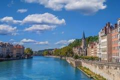 Взгляд Saone реки с церковью Святого Georges и footbridge в центре города Лиона стоковые фото
