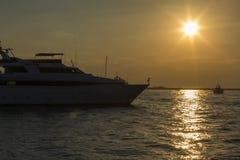 Взгляд Seascape большой яхты мотора на заходе солнца в Дубай Стоковые Изображения