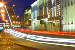взгляд st petersburg ночи Обваловка Dvortsovaya и мост Troitsky Стоковое Фото