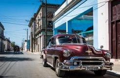 Взгляд t жизни улицы в Гаване Кубе с Oldtimer Стоковое Фото