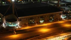 взгляд timelapse 4K UltraHD воздушный Alamodome Сан Антонио на ноче акции видеоматериалы