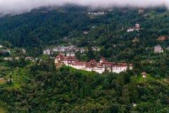 Взгляд Trongsa Dzong и животиков-Dzong с туманными холмами, Bumthang, Бутаном, Азией стоковые фотографии rf
