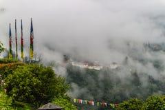 Взгляд Trongsa Dzong с туманными холмами, Bumthang, Бутана, Азии Стоковая Фотография