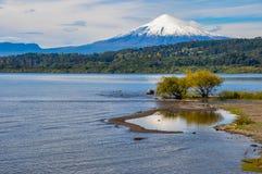 Взгляд Volcan Villarrica самого от Villarrica, Чили стоковое изображение