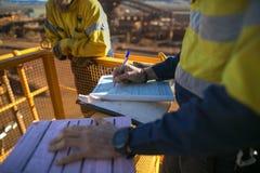 Вздох инспектора горнорабочего работы на разрешении высоты до выполнять рискованную работу стоковые фотографии rf
