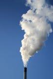 вздымаясь белизна дыма печной трубы Стоковое Фото