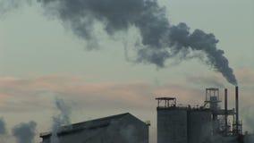 Вздымаясь дым идя в тяжелую индустрию атмосферы сток-видео