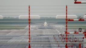 Взлетно-посадочная дорожка поворота самолета на дождливой погоде сток-видео