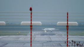 Взлетно-посадочная дорожка поворота самолета перед отклонением от аэропорта Дюссельдорф сток-видео