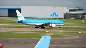 Взлетно-посадочная дорожка поворота KLM Боинга 777 перед отклонением видеоматериал