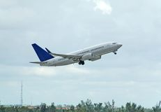 взлет пассажира двигателя 737 Боинг Стоковые Изображения RF