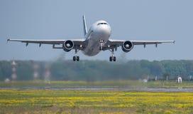 Взлет самолета аэробуса A320 коммерчески от авиапорта Otopeni в Бухаресте Румынии Стоковое Изображение RF