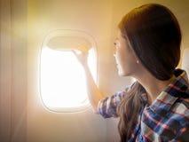 Взлет самолета и приземляться окно должны раскрыть Стоковые Фото