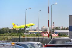 Взлет самолета на авиапорте Стоковая Фотография RF