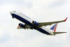 Взлет самолета пассажира от действующей взлетно-посадочной полосы Стоковые Фото