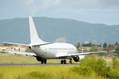 Взлет самолета пассажира от действующей взлетно-посадочной полосы Стоковая Фотография RF