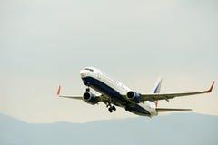 Взлет самолета пассажира от действующей взлетно-посадочной полосы Стоковые Изображения RF