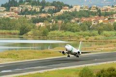 Взлет самолета пассажира от действующей взлетно-посадочной полосы Стоковое фото RF