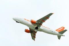 Взлет самолета пассажира от действующей взлетно-посадочной полосы Стоковые Фотографии RF