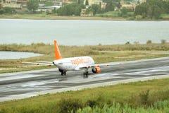 Взлет самолета пассажира от действующей взлетно-посадочной полосы Стоковые Изображения