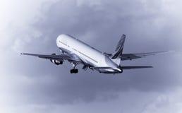 взлет самолета Стоковые Изображения
