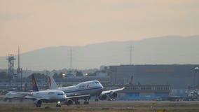 Взлет Air China Боинга 747 акции видеоматериалы
