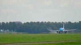 Взлет KLM Cityhopper Embraer 175 сток-видео