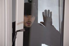 взломщик смотря окно стоковое изображение rf