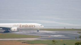 Взлётно-посадочная дорожка поворота самолета перед отклонением акции видеоматериалы