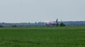 Взлётно-посадочная дорожка самолета воздуха Wizz причаливая, приземляясь