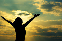 Взморье восхода солнца оружий сильной уверенно женщины открытое Стоковое Фото
