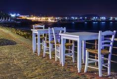 Взморье обеденного стола на ноче морем, Грецией Критом игрушка лета пасспорта праздника принципиальной схемы пляжа великобританск Стоковые Фото