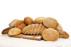 взойдите на борт деревянного муки хлеба взбрызнутое стоковая фотография rf