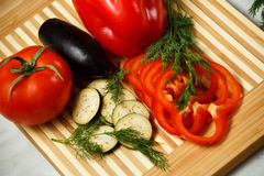 взойдите на борт овощей вырезывания свежих Стоковая Фотография