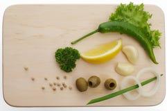 взойдите на борт овощей вырезывания свежих стоковые фотографии rf