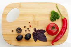 взойдите на борт овощей вырезывания свежих Стоковое Изображение