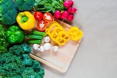взойдите на борт овощей вырезывания свежих Стоковые Изображения RF