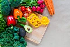 взойдите на борт овощей вырезывания свежих Стоковое Изображение RF