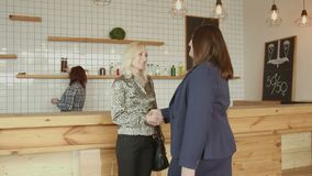Взрослая встреча handshaking коммерсанток в кафе акции видеоматериалы