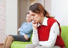Взрослая дочь и мать имея ссору Стоковое Изображение RF
