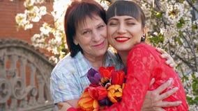 Взрослая дочь обнимая ее мать сток-видео